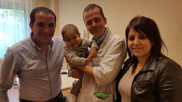 Les parents, Sofiane et Khadidja et leur garçon Wael, porté par le pédiatre-infectiologue Dimitri Van der Linden.