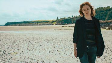 """Cloé du Trèfle dévoile le clip poétique de """"Sinking in Love"""""""