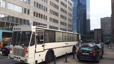 Un car de la police près de la Gare du Nord à Bruxelles.