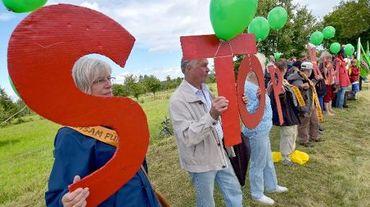 7500 personnes venues de toute l'Europe forment une chaîne humaine pour protester contre l'extension de mines de charbon à ciel ouvert le 23 août 2014 à Gross Gastrose, à la frontière germano-polonaise