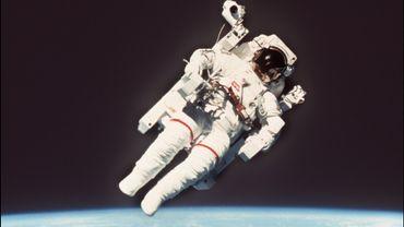"""L'astronaute américain Bruce McCandless, le 1er à avoir effectué une sortie dans l'espace """"sans attaches"""", est décédé à 80 ans"""
