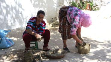 Halima perpétue la tradition de la poterie marocaine des villages de montagne