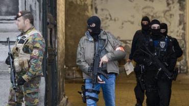 Les forces spéciales de la police fédérale sont intervenues samedi vers 15h00 sur la place du Grand Sablon à Bruxelles, a expliqué à l'agence Belga un militaire présent sur place.