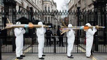 Plusieurs ONG, dont Amnesty International, estiment que le gouvernement britannique a violé le droit humanitaire international en fournissant des armes à l'Arabie saoudite.