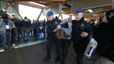 Jets de faux sang et tags au salon de l'auto: la police a interpellé 185 activistes d'Extinction Rebellion