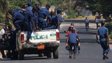 Une patrouille de police dans une rue de Bujumbura