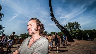 Arne Quinze pose devant son œuvre construite à l'occasion des 10 ans du festival Tomorrowland, le 18 juillet 2014
