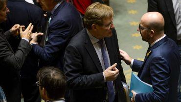 Le ministre des Finances, Johan Van Overtveldt (N-VA), aux côtés du Premier ministre Charles Michel (MR) le 15 octobre 2015 à la Chambre.