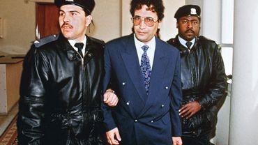 Abdel Basset Ali Al-Megrahi est escorté par des officiers de la sécurité avant de comparaître devant la Cour suprême du Royaume-Uni le 18 Février 1992