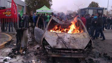 Les ouvriers en colère ont incendié une carcasse de Mondeo ce jeudi