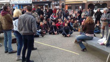Une petite centaine de citoyens se sont rassemblés sur la place de la Digue