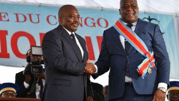 Jospeh Kabila et Félix Tshisekedi, se serrent la main lors de la passation du pouvoir présidentielle en janvier 2019. Sept mois plus tard, ils sont tombés d'accord sur la composition du nouveau gouvernement congolais.