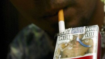 Adolescent fumeur en Thaïlande