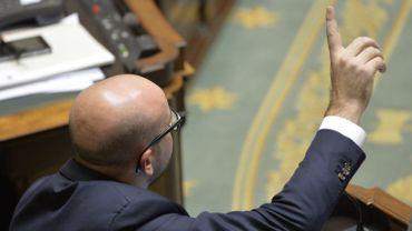 Charles Michel tente de prendre la parole à la tribune d'un Parlement fédéral plongé dans la cacophonie après son refus de répondre aux questions sur les comportements de Jan Jambon et de Theo Francken