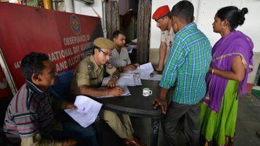 La police indienne recense les noms des réfugiés bangladais dans une gare à Guwahati