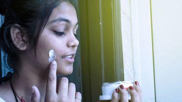 Accepter sa peau matte en Inde, un défi sur un continent à la peau claire