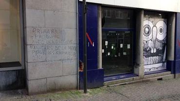 Certaines façades appartenant à des politiciens montois ont été taguées.