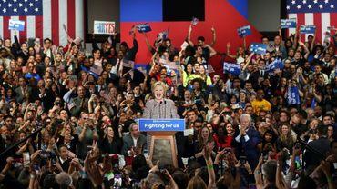 Hillary Clinton célèbre sa victoire après une difficile primaire démocrate dans l'Etat de New York le 19 avril 2016, à Manhattan