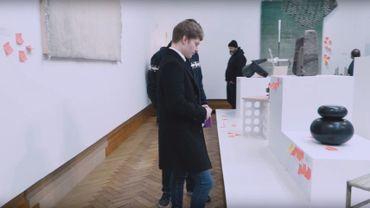 Le principe du salon est simple : munis de Post-its, les visiteurs sont invités à proposer un troc à l'artiste en échange de l'œuvre (peintures, photographies, sculptures, dessins, gravures, etc.) qui les aura séduits.