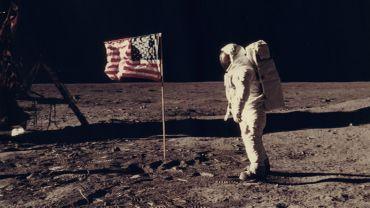 Apollo 11: L'astronaute Edwin E. Aldrin, pilote de module lunaire de la première expédition d'atterrissage sur la lune, pose pour un photographe à côté du drapeau des Etats-Unis déployé pendant une activité extra-véhiculaire (EVA) sur la surface lunaire.