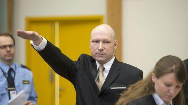 L'auteur d'une tuerie ayant fait 77 morts, Anders Behring Breivik, fait le salut nazi à son arrivée dans une cour improvisée de la prison de Skien, à 170km au sud-ouest d'Oslo, le 15 mars 2016.