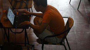 Un homme sur son ordinateur le 6 août 2013 à Hanoi
