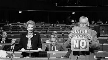 """1986: Margaret Thatcher fait un discours au Parlement européen à Strasbourg, l'unioniste Ian Paisley brandit une pancarte """"L'Ulster dit non"""""""