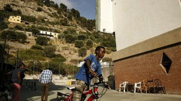 Un enfant à vélo, près d'un centre d'aide aux migrants dans l'église de Gianchette à Vintimille, près de la frontière franco-italienne, le 9 août 2017