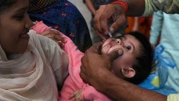 Un soignant pakistanais vaccine contre la polio un enfant à Lahore, en novembre 2019.
