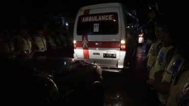 Une ambulance transportant le corps de l'un des condamnés à mort quitte Jayapura le 29 juillet 2016.