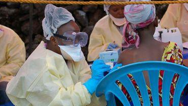 Une jeune fille se fait vacciner contre Ebola par une infirmière à Goma, en RD Congo, le 7 août 2019