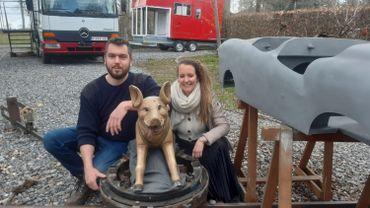 Simon et Adeline main dans la main dans la réalisation de leur carrousel artisanal, prêt dans un an.