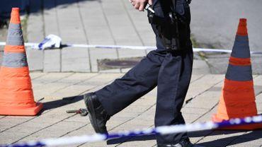 Liège: un homme menace deux personnes avec un couteau et frappe des policiers