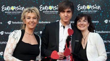 Roberto Bellarosa entouré par Leslie Cable, chef de la délégation belge, et Katia Mahieu, l'agent de la maison de disques