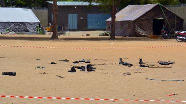 Une photo datant du 15 juin 2015 montre des bottes de personnes tuées par un attentat suicide à l'extérieur du siège de la police de N'Djaména, qui avait alors tué 23 personnes.