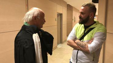 Le prévenu, Maxime Deckers, en conversation avec son avocat