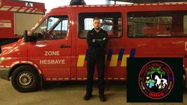 """Le sergent Michaël Robert pose devant le véhicule qu'utilisera le """"Animals Rescue Team"""" de la zone de secours Hesbaye. En insert: le logo qu'arboreront les membres de l'équipe."""
