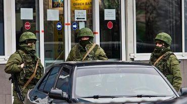 Des hommes armés non-identifiés devant l'aéroport de Simferopol le 28 février 2014
