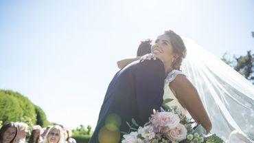 Une mariée et un marié heureux de célébrer leur union.