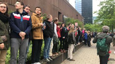 Symboliquement, ils ont formé une chaîne humaine autour du parc Maximilien pour éviter aux réfugiés d'être arrêtés et envoyés en centre fermé.