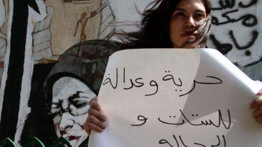 """""""Liberté et justice pour les femmes et les hommes"""", dit la pancarte brandie par une militante égyptienne en 2012. Les violences contre les femmes restent souvent impunies en Égypte."""