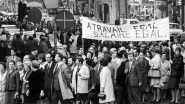 Le 2 Juin 1966, une manifestation pour l'égalité salarial à la place De Brouckere à Bruxelles.