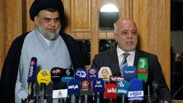 Le Premier ministre irakien Haider al-Abadi aux côtés de Moqtada al-Sadr, à Najaf le 23 juin 2018