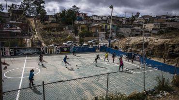 - L'ancien terrain vague abandonné au trafic de drogue a laissé place au foot, qui est devenu vecteur de lien entre les habitants du quartier de Cumbres, marqué par la précarité économique. « Cela a changé le quartier. On a construit quelque chose de bien », confie Rodolfo Terrasaz, l'homme à l'initiative du championnat local pour femmes.