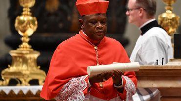 Le nouveau Cardinal Congolais prélat Fridolin Ambongo Besungu réagit après avoir été nommé par le Pape lors d'un Consistoire ordinaire pour la création de nouveaux cardinaux, pour l'imposition de la biretta, la consignation de l'anneau et l'attribution du titre ou du diaconat, le 5 octobre , 2019 à la basilique Saint-Pierre du Vatican. Le pape François nomme 13 nouveaux cardinaux au Consistoire public ordinaire de 2019, choisissant des prélats dont la carrière tout au long de la vie reflète leur engagement à servir les communautés ecclésiales marginalisées et locales, originaires de 11 nations différentes et représentant plusieurs ordres religieux.