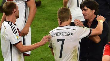 Bastian Schweinsteiger, numéro 7 allemand, et Joachim Löw se congratulent