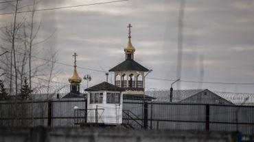 L'enceinte de la colonie pénitentiaire n°2 à Pokrov (Russie), laissant apparaître une chapelle orthodoxe derrière les barbelés.