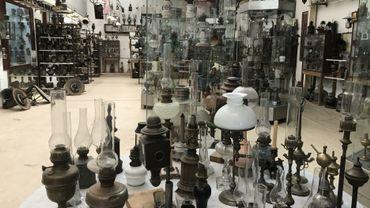 Tout est à vendre en un seul lot: les lampes, les vitrines et la décoration.