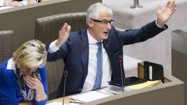Flandre: le gouvernement Bourgeois a la confiance, mais sert la ceinture