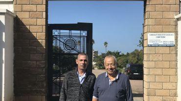 Simon Benzekri et Roch Haayin, d'origine marocaine, viennent d'Israel se recueillir sur la tombe de leurs aïeux au cimetière juif de Casablanca, quartier Ben M'Sik.